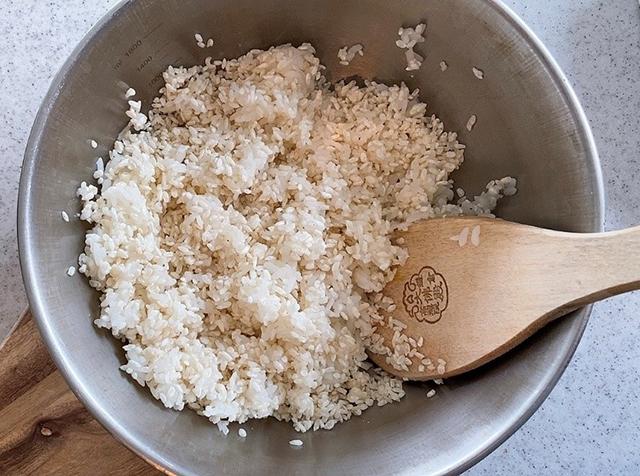ボウルにご飯と麹を入れよくかき混ぜる