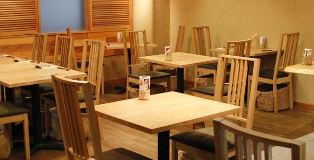 東京・表参道の路地裏にひっそりとある、玄米菜食と発酵食のレストラン「たまな食堂」。ここは、生産者の顔が見える食材を使った、ごちそう感覚の野菜料理が楽しめるお店です