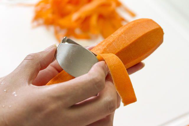 人参をまるごと1本、ピーラーで帯状にして、油を熱したフライパンに入れ醤油麹でさっと炒める。