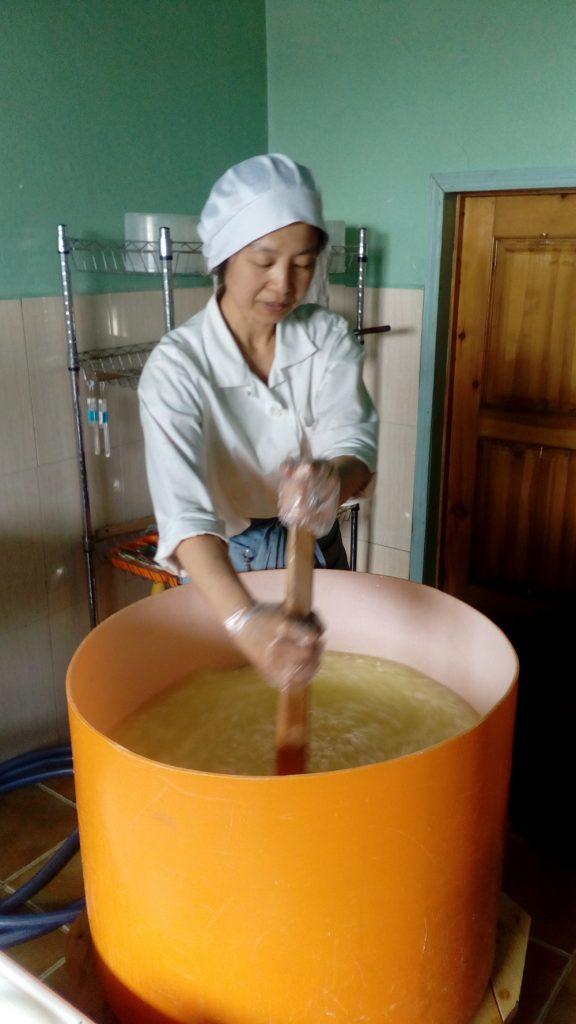 チーズづくりには、1日300リットルのミルクを使います。トラックで運ばれてきたミルクを湯煎して殺菌することからスタートするのですが、30リットルの鍋で湯煎するので、10回、繰り返します