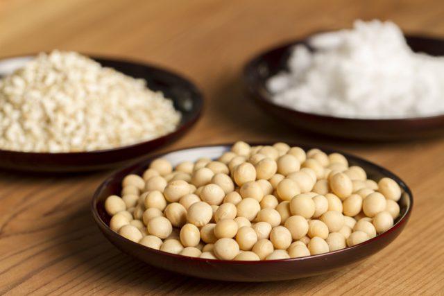 そんなマルカワみその『「有機栽培 手作り味噌セット(中辛)白米麹」』は、「国産有機大豆」「塩きり麹(国産有機白米麹と赤穂の天塩を混ぜたもの)」「手造り味噌 秘伝の書(説明書)」の3点が入っています。