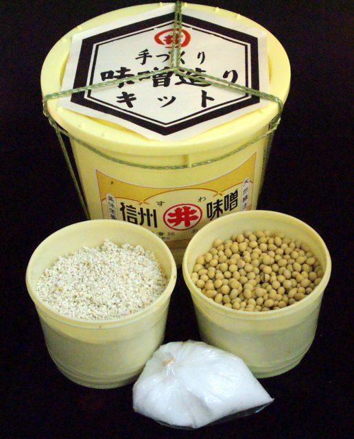 そんな丸井伊藤商店の『味噌造りキット』は、「米麹」「大豆」「塩」の3点セットが樽に入って届きます。仕込み期間は約2ヶ月。大豆と米が同じ割合の米麹を使っている十割糀味噌を3.5kg、自宅で簡単に作れてしまいます。赤味噌にしたい場合はさらに3ヶ月ほど寝かせるそうです。