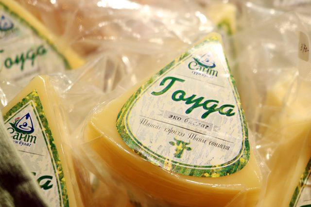 「サント・ミルクの泉」社が提供するナチュラルチーズブランド『サント草原の恵み』は、モンゴルの首都ウランバートルから北西に300kmほどの場所にある小さな村・サント村で作られています。