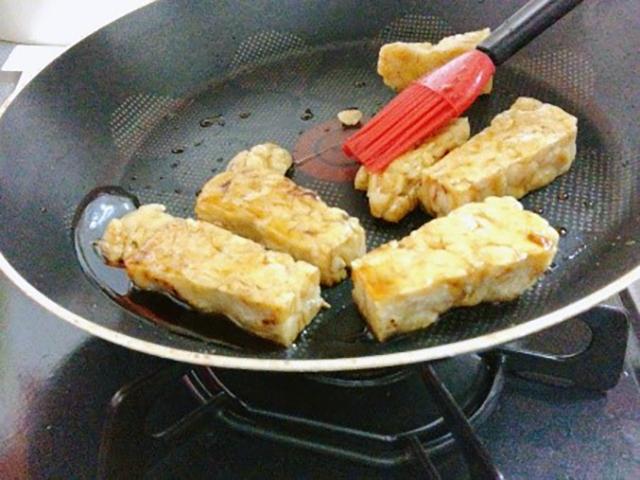 フライパンにオリーブオイルを温めて、軽く焦げ目がつくまでテンペを焼く