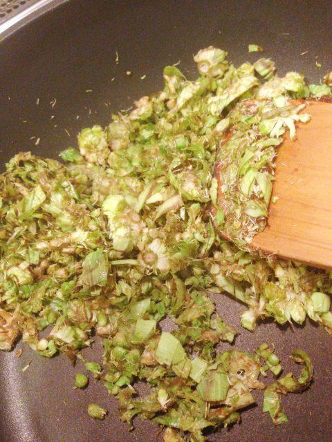 フライパンを温めてごま油を入れ、ふきのとうのみじん切りを加えよく炒めます。