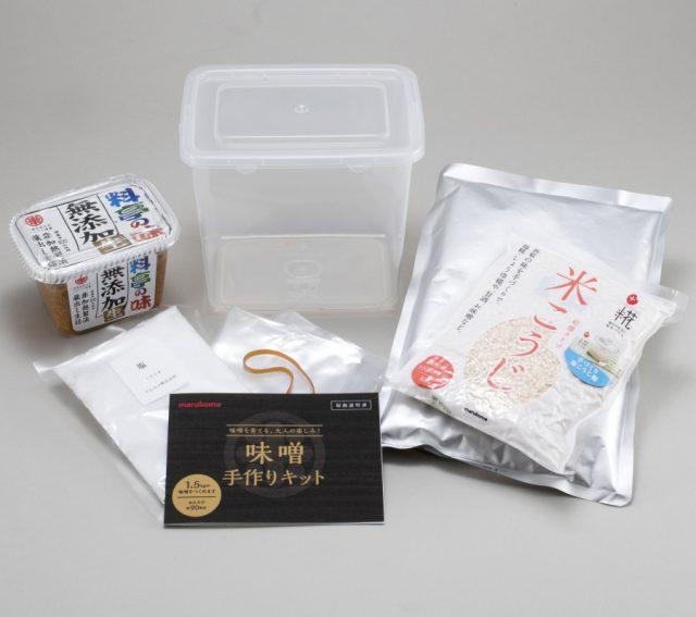マルコメの『大人用 味噌手作りキット』は、「レトルト大豆」「米こうじ(乾燥)」「塩」「種味噌」「保存容器」「ビニール袋」「輪ゴム」「取扱い説明書」の8点がセットになっています。