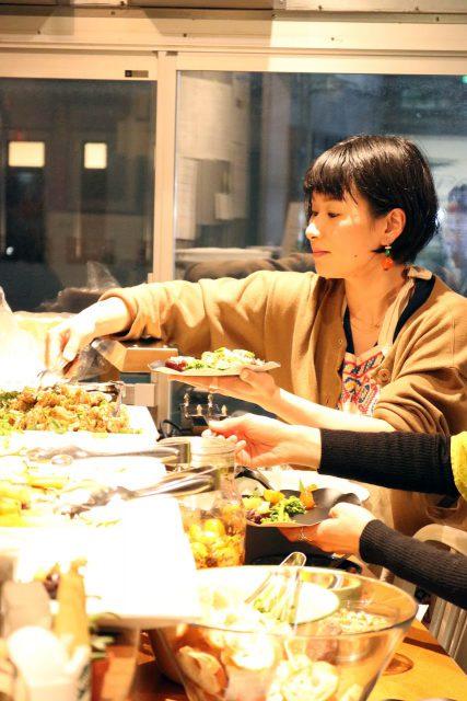 お料理は、ピリカタントの西野優さんが担当。書籍の編集者から「旅と料理」をテーマとした書店を開いたのち、現在は出張料理やレシピ提案など、幅広く活躍されています。