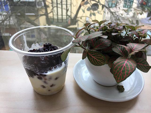 "Yogurt with ""Com Ruou nếp cẩm""- violet glutinous rice"