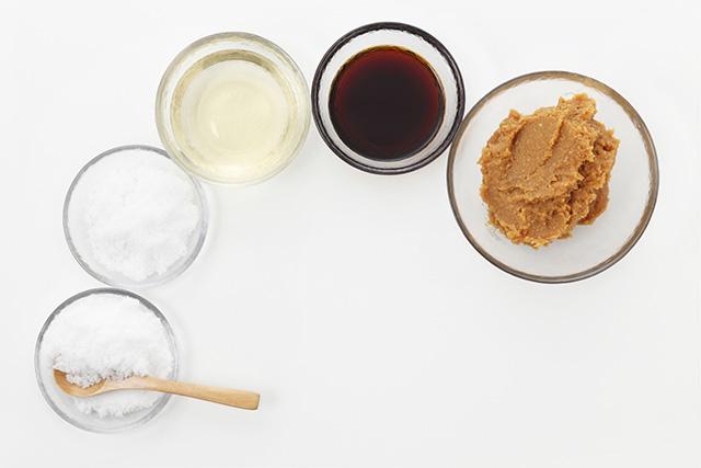 お酢は、「さ(砂糖)・し(塩)・す(酢)・せ(醤油)・そ(味噌)」と言われるように、和食の一般的な調味料です。