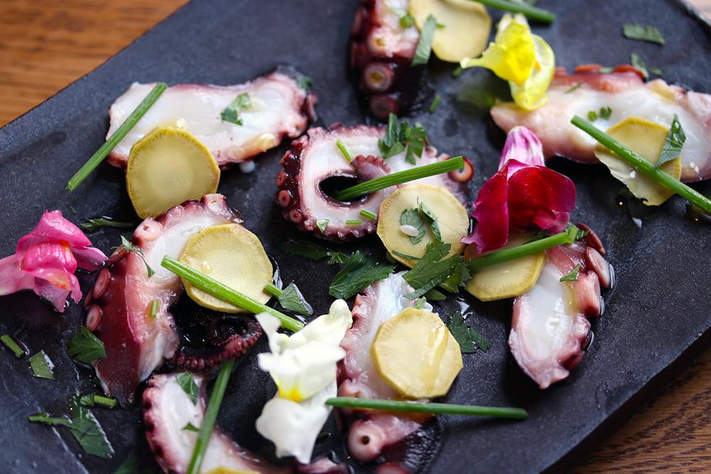 「タコのぬか漬けと本わさびのカルパッチョ」は、発酵居酒屋5でも食べることができます