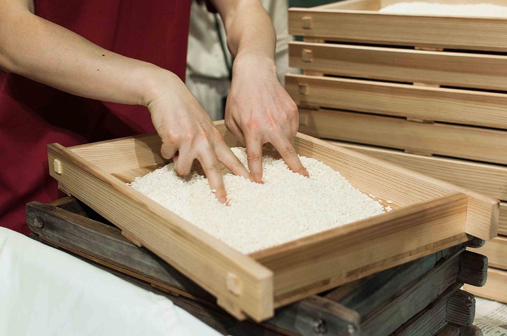 室蓋に、升でお米をとりわけ、文字通り山のように盛っていきます。この時、指で花道をつけ放熱を図ります