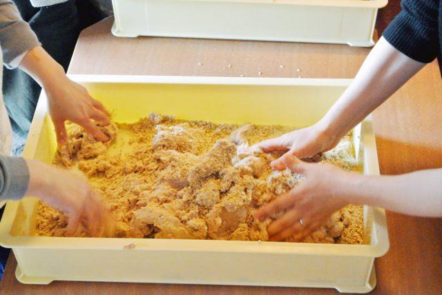 つぶした大豆に麹がまんべんなく行き渡るように、丁寧に混ぜます。