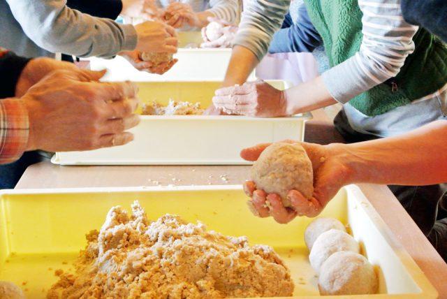 塩切した麹とつぶした大豆を双方が均等に行き渡るように混ぜ合わせたら、それを丸めて味噌玉を作ります。