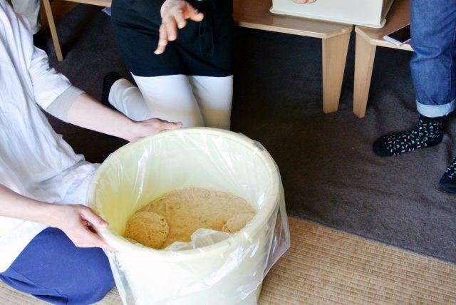 樽の中に味噌玉を投げ入れて行きます。