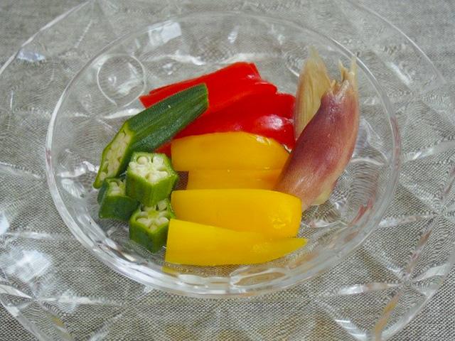 きゅうりやナスの他にも、フルーティに漬かるのが「パプリカ」。ぬか漬けの酸味がフルーティな風味を醸し出し、甘さと酸味でフルーツ感覚でいただけます。 夏野菜のみょうがやおくらも、ぬか漬けにして酸味が付くことにより、ピクルスようにいただくことが出来ます。