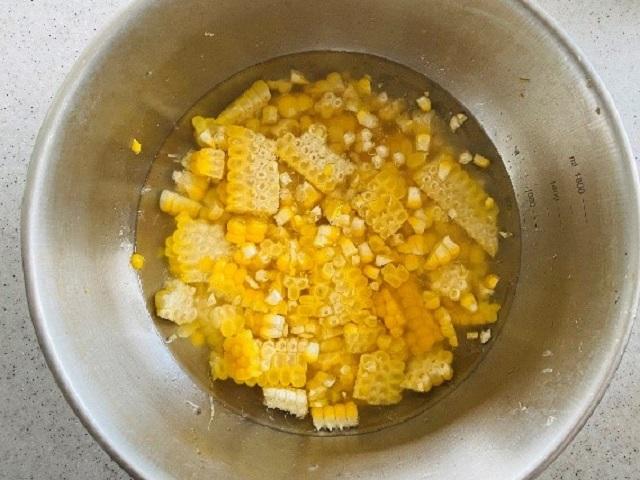 2、水を入れハンドブレンダーで撹拌する