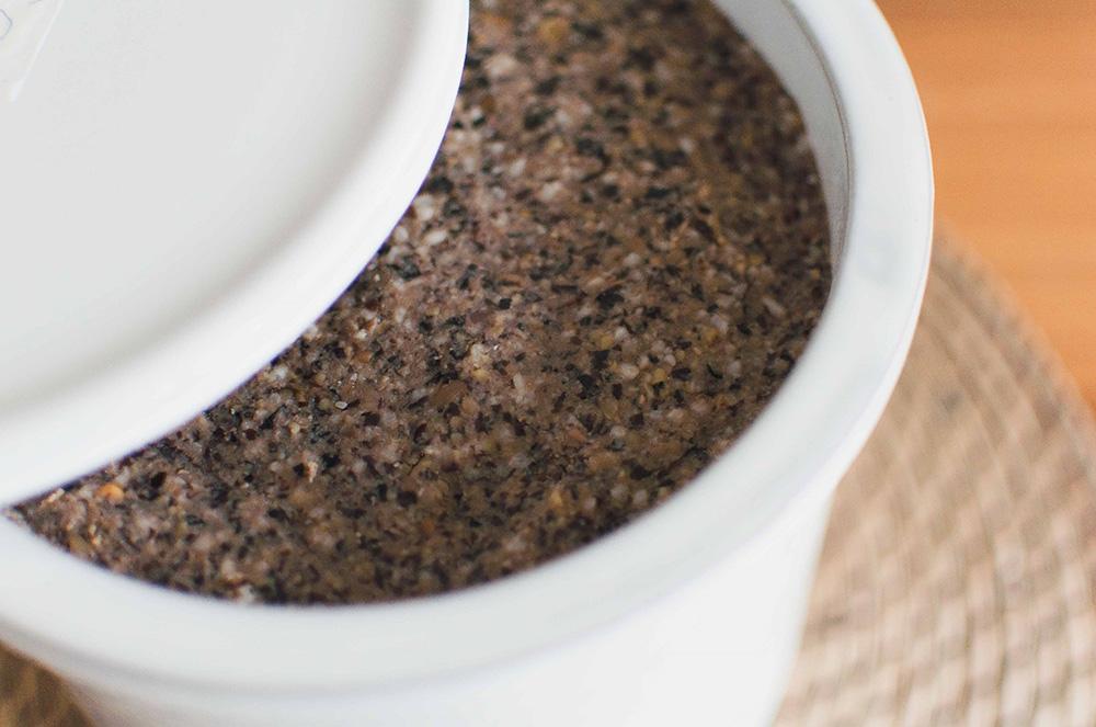 常滑焼の窯元「山源陶苑(やまげんとうえん)」のブランド『TOKONAME(とこなめ)』の甕で仕込んだ味噌