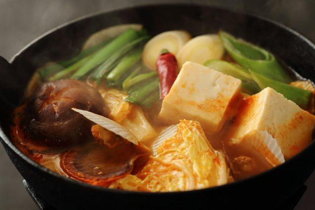 キムチなら『チゲ鍋』にして食べるのがおすすめです。キムチは汁ごと使い、スープの出汁の一部にします。味わい深くなって、豆腐などあっさりした食材とも良く合うんですよ!」(舘野先生)