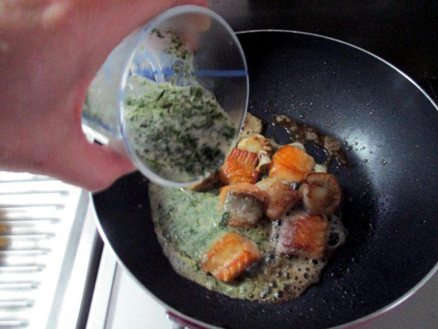 味噌、牛乳、青のりを加え、絡めながらさらに炒める