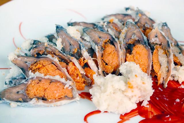 お皿の手前にあるのが、鮒鮓の「飯(いい)※鮒と一緒に発酵させた米」