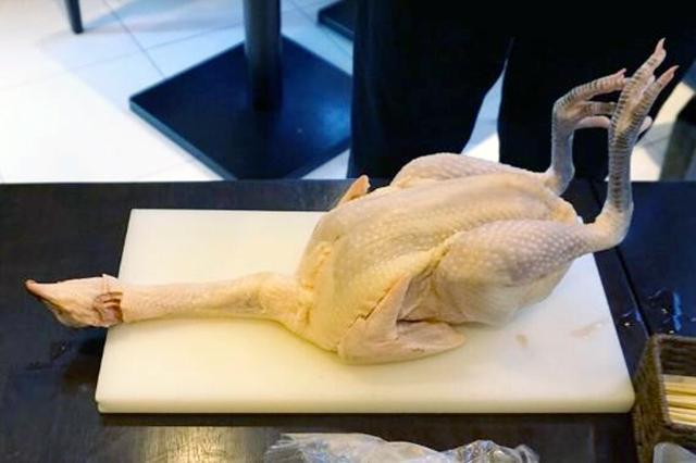 平飼い鶏舎で育てられた「天城軍鶏」は程よい噛み応えとジューシーさが特徴