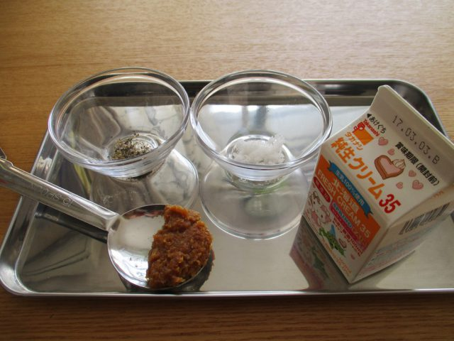 材料のA(味噌、生クリーム、塩、コショウ)を合わせておきます。味噌によって塩分は異なるので、塩はお好みで加減してください。
