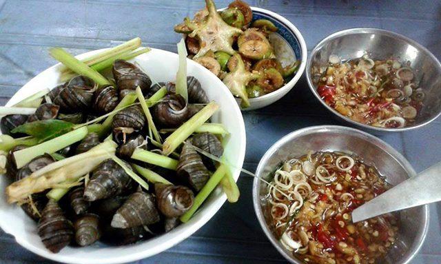 唐辛子とシトロネラ(香草の一種)を加えたニョク・チャムを使った料理