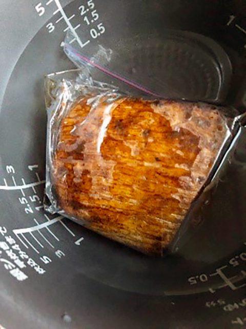 炊飯器に70℃のお湯を5. の肉が隠れるくらい入れ、保温モードで40分おきます