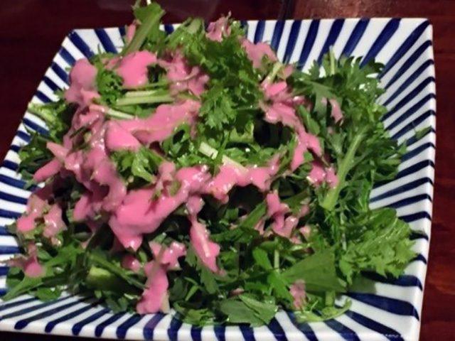 このピンクのドレッシングは、アントシアニン色素と麹菌ドレッシングです
