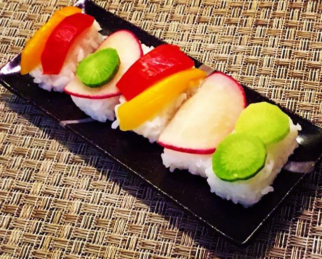 酢飯の上にぬか漬けを乗せてお寿司のように握れば、乳酸と酢酸、ビタミンが同時に取れる「ぬか漬け寿司」になります。