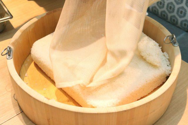 蒸したお米を桶に入れて粗熱を取ります