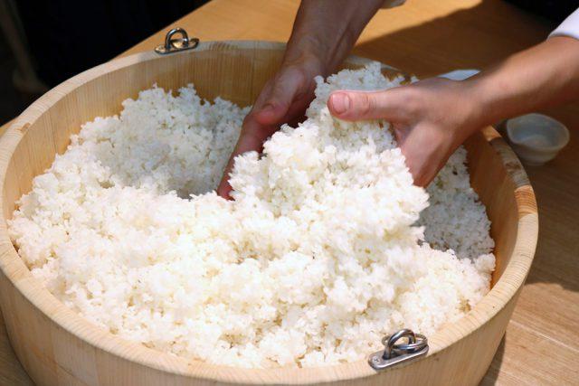 麹と種麹がお米に行き渡ったか確認しながらまぜまぜします