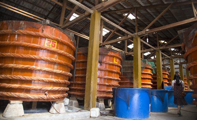 木製の桶で発酵させる