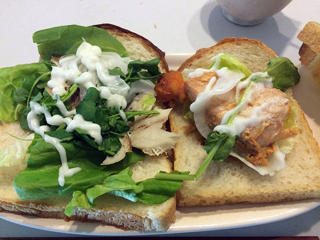 麹パウダーいりのふわふわパンに越田商店さんのものすごい鯖、チキンを挟んだサンドイッチ