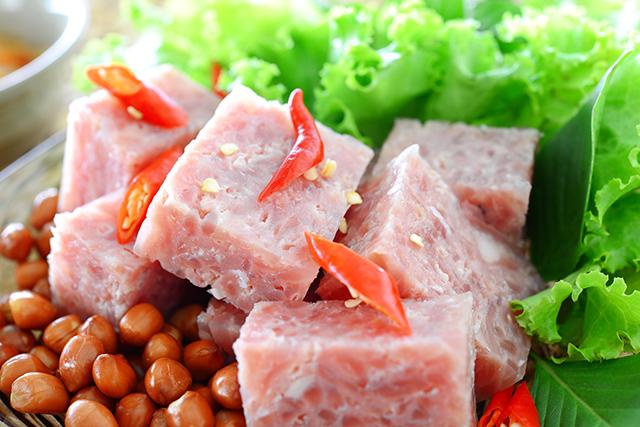 ベトナムの発酵食品。豚肉を発酵させたネムチュア