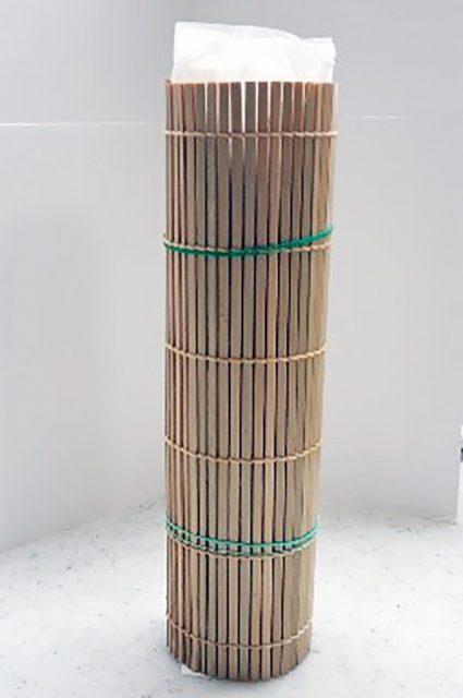 巻きすだれを上下2か所輪ゴムで止め、縦にして冷めるまで置き、冷めたら厚めにカットします。