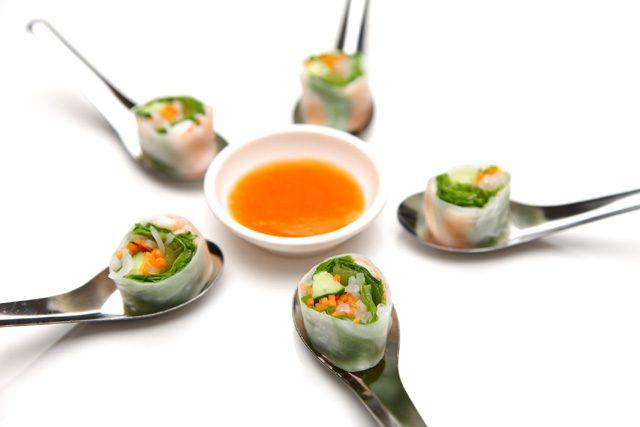ニョク・マムは、魚に塩を加えて発酵させた、塩味で魚の風味がする半透明の液体