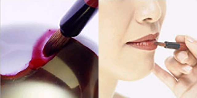 紅を手の甲に塗り置いて即席チークにも! 忙しい現代女性こそ『紅』を使いこなそう
