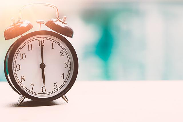 6時を指した時計