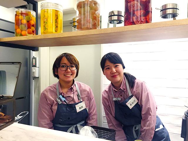 発酵ドリンク専門店『東京850 STAND』店長の森岡さん(左)、スタッフの長谷川さん(右)