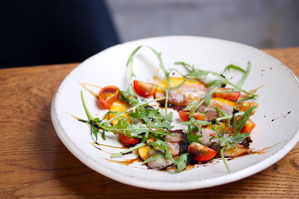 「さんまと柿酢のカルパッチョ」は、発酵居酒屋5でも食べることができます