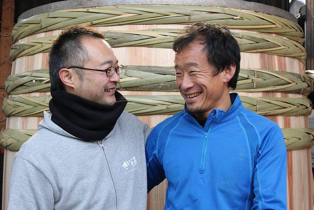 岸菜さん(左)と、ヤマロク醤油五代目の山本さんと「木桶職人復活プロジェクト」を立ち上げた三宅真一さん(右)