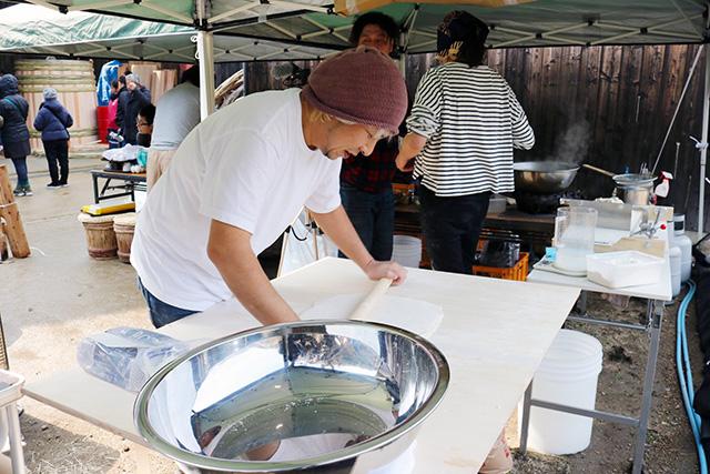 木桶職人復活プロジェクトで麺を打つ阪田さん