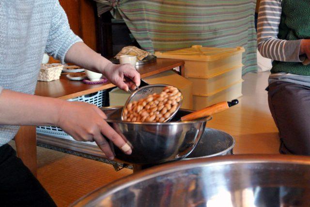 ゆでた大豆を各自のボールに移します。