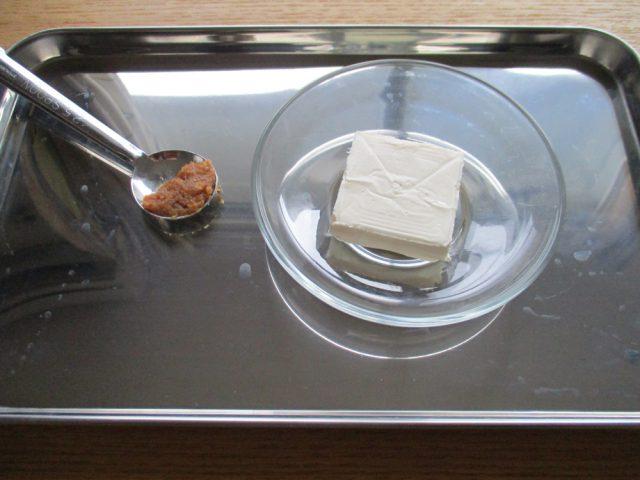 材料の味噌、クリームチーズを混ぜて、あえ衣にしておきます。クリームチーズを常温に戻し、やわらかくしておくのがポイントです。