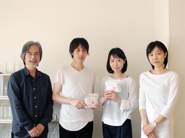 (写真左から)代表の夏雄さん、ご長男の遊さん、ご長女の亜弥さん、ご次女の好(よしみ)さん。そして夏雄さんの奥様である道子さんがオーガナイズする「ウエダ家」のCOBO Lab.にて。