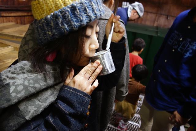 『香取』の30〜40日目のもろみを、柄杓から直に回し飲み