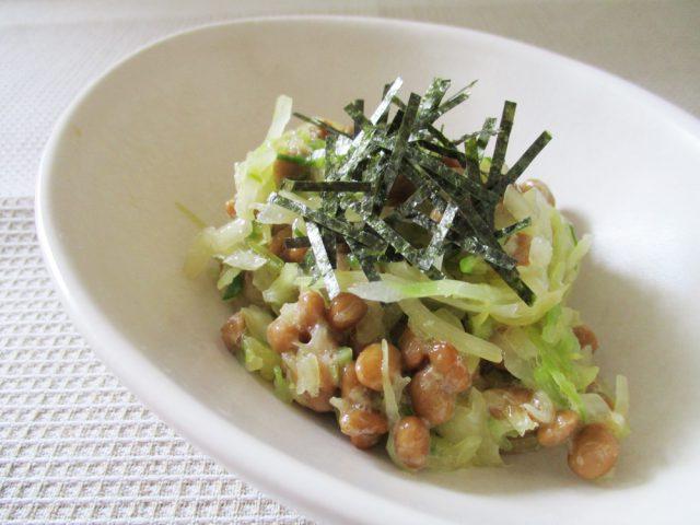 乳酸発酵キャベツと納豆を混ぜて器に盛り、刻みのりをかければ、出来上がり。