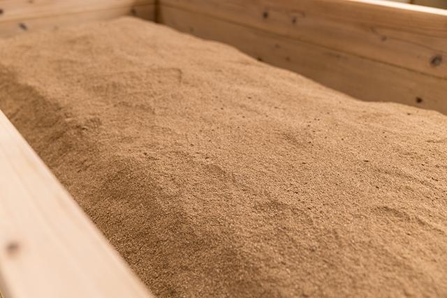 発酵した米ぬかが入った杉の浴槽<