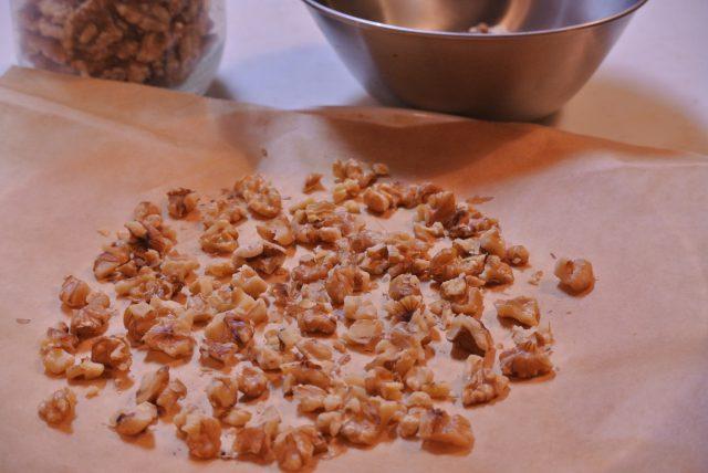 くるみを粗く刻み、フライパンで炒るか、160℃のオーブンで10分ほど焼く